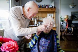Bertil har skött om sin hustru Ing-Britt sedan hon drabbades av en stroke. Nu har hon dessutom brutit lårbenshalsen.