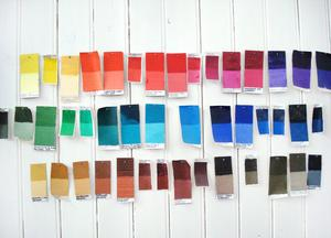 Färgprover på väggen.