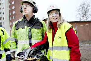 Lena Åman, Sandvikenhus ordförande tryckte på knappen. Roger Hedman, betongpumpmaskinist hjälper till.