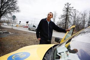 """Lantbrevbäraren Gösta Johansson brukar ofta köra i korsningen Stuguvägen/Genvägen och Krondikesvägen. Han tycker att det är svårt nu när trafikljusen är trasiga """"Det är alltid någon som tvekar. Då blir det tvärstopp."""