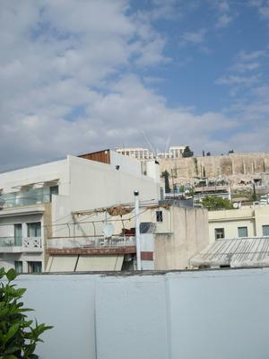 Från taket på institutets byggnad i Athen kan man se Acropolis även om bebyggelsen skymmer allt mer.