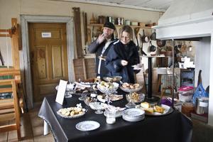 Kakbuffén i kaféet på marknaden lockade bland andra Torbjörn Hägg och Ingrid Bengtsson från Linköping.