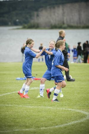 IFK Timrås Emma Häggqvist firar sitt mål med Elsa Israelsson.