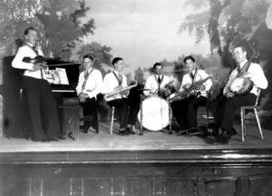 EGON VID PIANOT. Egonis var Egon Sundbergs dansorkester, ett kompisgäng från Ockelbo som spelade på dansbanor runt om i Gästrikland fram till 1934, då Egon värvades till Sandvikens IF och blev allsvensk fotbollsspelare.