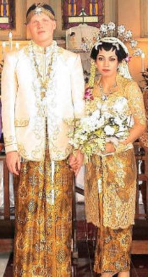 Reine Karlsson och Herlin Irawati, Sundsvall, vigdes den 24 juli i Mojokerto, Indonesien, av prästerna TA Joko Nugroho, Isdaryanto samt Harry Susanto.Foto: Pak Pri