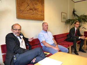 Åklagare Christer Sammens och spaningsledare Christer Löf i väntan på att få förhöra Pontus Sjölund i egenskap av målsägarbiträde åt Tova Moberg.