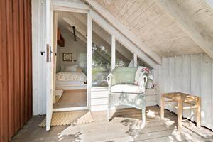 Sovrummet är litet och lantligt inrett.