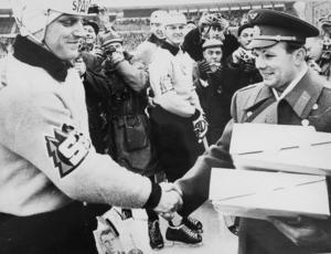 Två höjdare möts innan SM-finalen 1964 på Stockholmsstadion. Göran