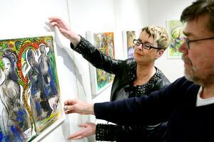 Carola Kring får hjälp med sina tavlor av målarkompisen Per-Håkan Laurin. Vi inspirerar varann, säger Carola om kvartetten som målar tillsammans.