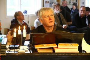 Erland Zetterqvist spelade och berättade om skolorgelns historia.