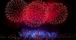 Fyrverkerier över en flytande julgran på Lagoasjön i Rio de Janeiro, Brasilien. Julgranen tros vara den största i världen, och har dekorerats med miljontals julljus.