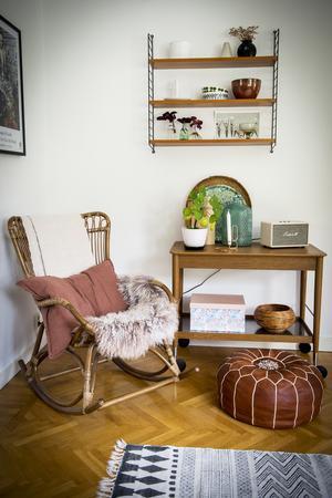 I stringhyllan står vaser med palettsticklingar. Gungstolen kommer från Sika Design och tevagnen från en äldre Ikea Stockholm-kollektion.