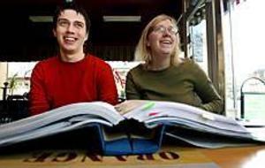 Christopher Jansson och Kristina Backelin är två av folkpartiets ombud från Gävleborgs län. I dag sätter de sig på tåget till länsmötet i Västerås. Där väntar debatter om bland annat insemination för lesbiska och partiets namn. Foto: LEIF JÄDERBERG