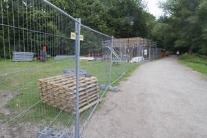 Ovanför badet byggs omklädningsrum och toaletter som ska vara klara i september.