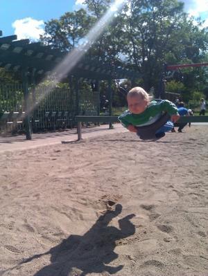 Det går så fort att Movitz, 9 månader, måste blunda när han testar gungorna i Örebro stadspark!