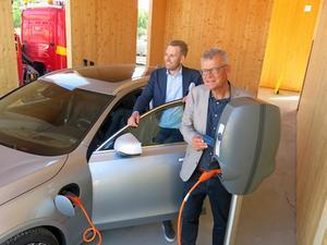 Slättös Henrik Nordlöf och Vattenfalls Anders Johnson vid en laddstation– här med en unik volvomodell i ett av vardagsrummen som byggs på Öster Mälarstrand.