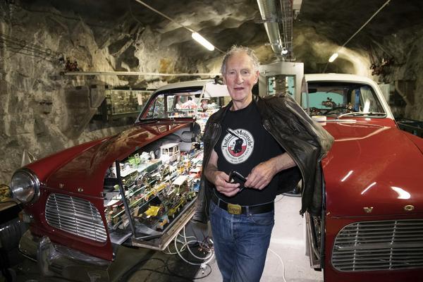 """STOCKHOLM 20170825""""Det här kommer tillföra mycket till Stockholms kulturliv"""", säger leksakskännaren Peter Pluntky om Stockholms nya leksaksmuseum. Han står framför en restaurerad Volvo Amazon som innehåller 500 leksaksbilar."""