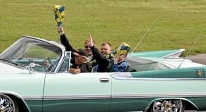 Klar segrare. Thomas Marklund i mitten i segerparaden vann med mer än god marginal finalen för standardvagnar 1947-65 och sin klass på Velodromloppet Grand Prix i söndags på Gelleråsen i Karlskoga. Foto: Michael Landberg