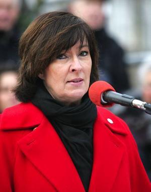 Mona Sahlin försöker leda men tycks snarare själv bli ledd av en socialdemokratisk kör. Fenomenet hämmar henne tveklöst i rollen som partiledare.