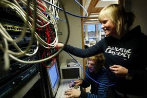 Jonathan Nordin och Sandra Björk går i trean på naturvetenskapliga programmet. En av utbildningsmomenten är att koppla ihop ett lokalt nätverk.