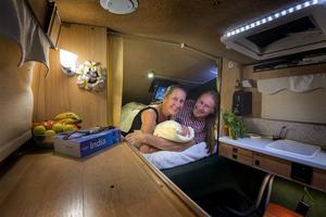 Guideboken i högsta hugg och nattlampan tänd. Bert och Chatarina har tagit sig hela vägen till norra Indien och bott i bilen sedan den 12 augusti 2016.