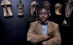 """Den kenyanska författaren Ngugi wa Thiong'o sammanfattar nu sitt händelserika liv i en serie memoarer – den första, """"Drömmar i krigets skugga"""", gavs nyligen ut på svenska – som också berättar det moderna Kenyas historia."""