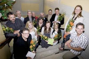belönas. Alla årets byggnads- och miljöpristagare samlades i stadshuset för att ta emot sina blommor och plaketter.