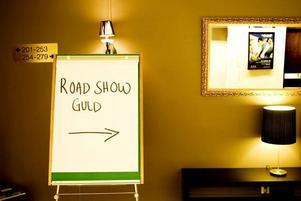 I ett konferensrum på Clarion Hotel i Gävle har det brittiska företaget Roadshow EU sin mottagning.