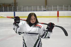 Ronja Oscarsson har spelat ishockey sedan hon var 13–14 år. I dag fyller hon 18 år.