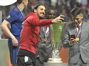 Zlatan Ibrahimovic med Europa League-bucklan 2017.