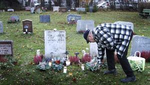 Ulf Larsson lägger en krans på sina föräldrars grav.
