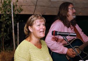 Maria Sellberg och Micke Andersson Sellberg spelade och sjöng visor från bland annat Järvsö, Gnarp och Norge.