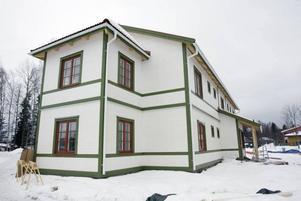 Husen liknar gamla bergsmansgårdar och Kronblomsvillan har fått stå för inspirationen när det gäller färgsättning. Egentligen är det bara taken som byggts på plats i Torsåker, resten har kommit i färdiga sjok som fogats samman.