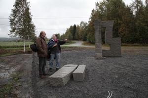 Lars Ahlström från ÖKKV och Iréne Vestman diskuterar de sista detaljerna inför lördagens invigning av hennes skulptur