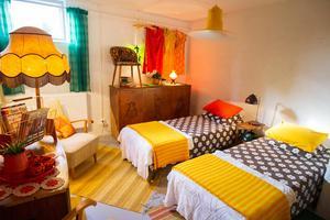 Källarvåningen är ommålad och inredd med två gästrum.