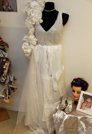 Sopsäckar är en viktig del i Lina Henrikssons klänning.