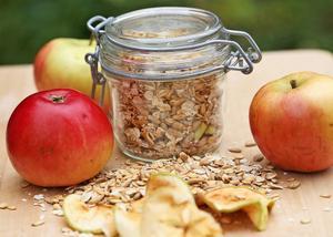 En enkel och god müsli bygger på frön, gryn och torkade äpplen.