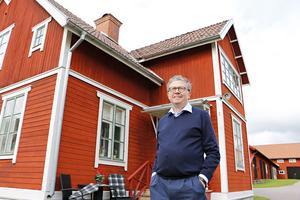 För Hans-Olof Andersson var det en självklarhet att ta över den gamla släktgården. Här står han framför det