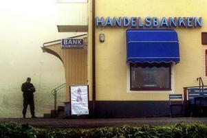 Handelsbanken i Liden rånades i går morse av två pistolbeväpnade män. Dimman låg tät över Liden med omnejd hela förmiddagen.