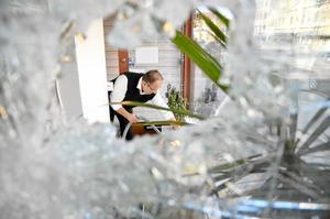 Mirza Kikic städar upp efter att hans butik vandaliserades.