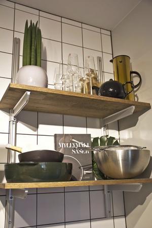 Öppnar hyllor gör att köket känns luftigt.