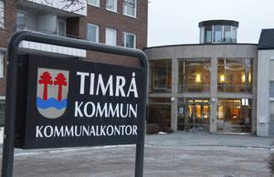 En tidigare anställd hos Timrå kommun anser att hon blivit uppsagd på ogiltiga grunder.  Därför har hon stämt kommunen.
