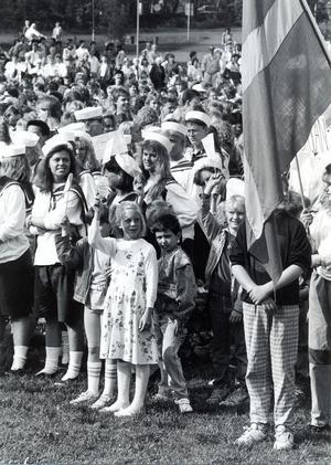 Att vifta med flaggor som man gjort själv, var populärt när Nationaldagen firades av Västerås skolbarn på Djäkneberget år 1989.
