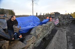 Ett litet blått paket. Anders Johansson, Idriz Musli och Daniel Westerlund hjälps åt att täcka över bron vid Vagersta för att slippa finna arbetsplatsen snötäckt efter nyår. Bron är kulturminnesmärkt och ska renoveras. Foto: Jan Wijk