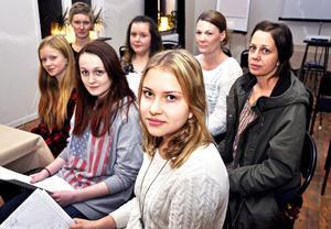 Bakre raden från vänster Kairi Hysing, Christina Riseng, Ulrika Norrström och Sofia Leksén. Främre raden från vänster eleverna Alva Ros, Elin Lundström och Lovisa Hedvall.