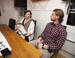 Karin Larsson och Daniel Svensson väntade lilla Elias när de fick det felaktiga beskedet att Karin hade fått en hjärnblödning. Två provsvar hade förväxlats.
