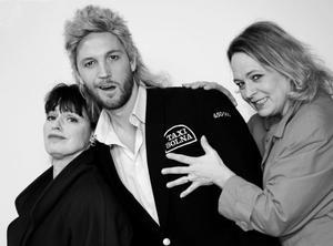 Farsartad Sverigeturné. Martin Björk, Sussie Eriksson och Charlotte Strandberg gör huvudrollerna i Pengarna eller livet.