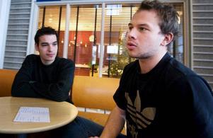 """Malik Boodjehaa och Kevin Damotte från Paris har inte hört talas om att någon blivit bestulen på campus. """"Jag lämnar kvar datorn och alla mina grejer i biblioteket när jag ska fika"""", säger Kevin Damotte. """"Jag litar mer på er svenskar än på fransmän"""", säger Damotte."""