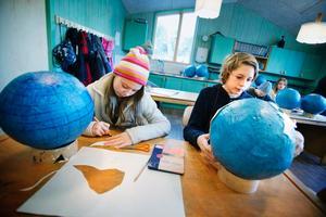 Eleonora Steiber och Joel Hallström tillverkar världsdelar.