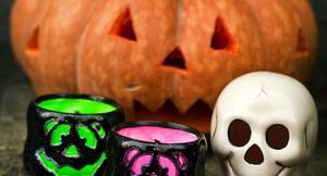 Halloweenpartyt gick inte riktigt som de båda tonårstjejerna tänkt sig. Polis fick larmas till platsen, något som ledde till anmälningar mot både objudna gäster och mot polisen.